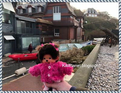 Diana la Monchhichi découvre les ravages de la tempête Eleanor à Etretat, kiki, normandie
