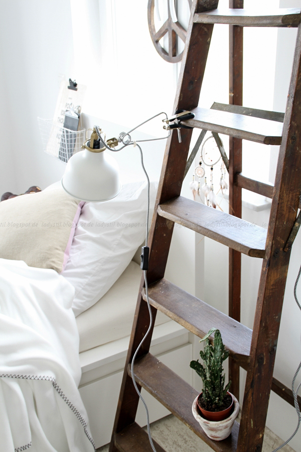 Wanddekoration mit IXXIdesign, originelle Bilder zum Selbergestalten, Schlafzimmer einrichten mit stylischen Fotos für die Wand, Traumfänger, Ikea Klemmleuchte, alte Klappleiter,