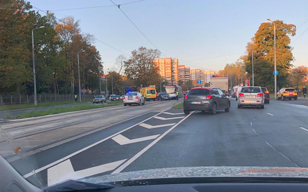 Auto un autobusa avārija