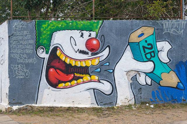 Grafite em que um personagem segura um lápis 2B