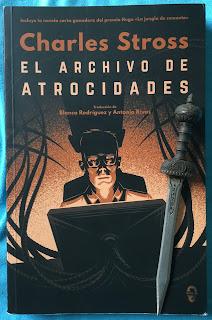 Portada del libro El archivo de atrocidades, de Charles Stross