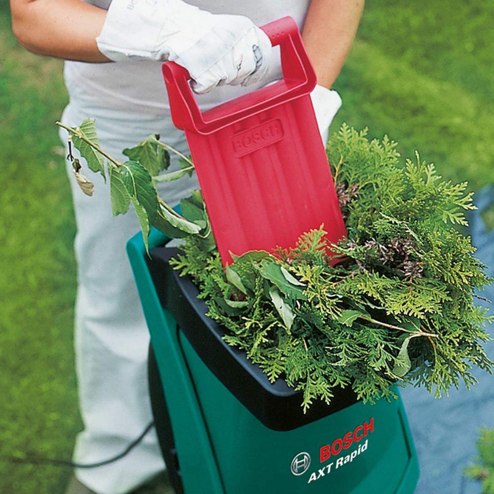 Triturado de hojas de jardín con una biotrituradora electrica