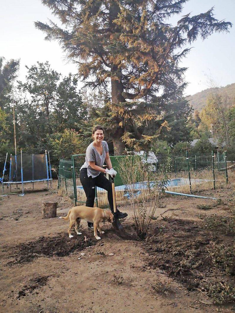 Catherine Mazoyer sacó planta tóxica de su patio