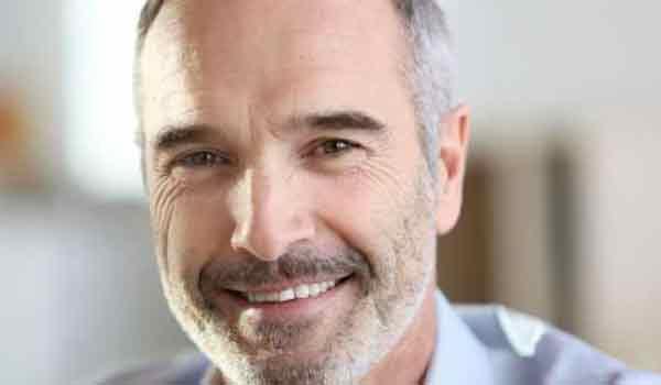 Ποιον κίνδυνο υποδηλώνει η πρόωρη φαλάκρα ή το γκριζάρισμα των μαλλιών