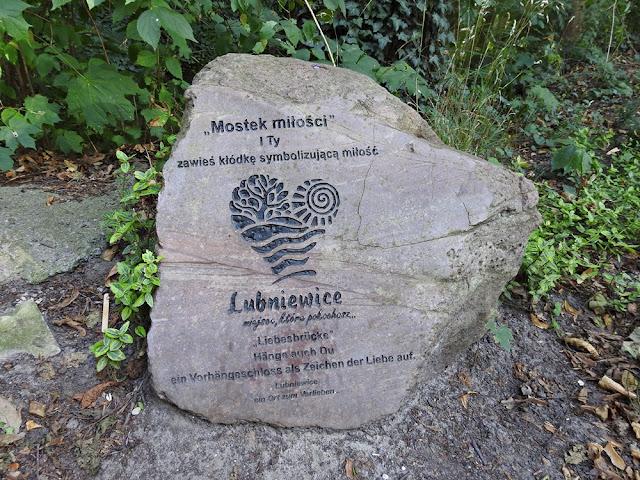 kamień, na którym są informacje o mostku w Lubniewicach