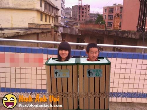 Chế photoshop cho 2 đứa vào thùng rác