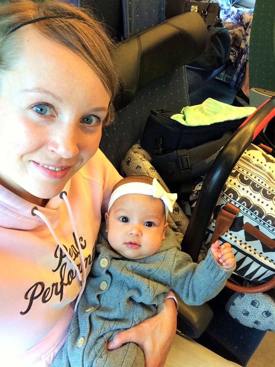 vauvan kanssa junassa