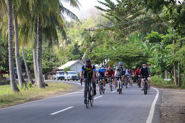 Perkuat Imun Tubuh, Polisi Gowes ke Sekotong