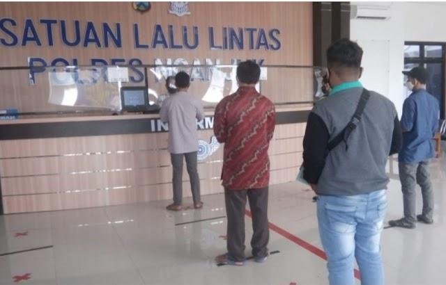 Dalam Pelayanan Terhadap Masyarakat Pemohon SIM Satlatas Polres Nganjuk Tetap Galakan Penggunaan Masker