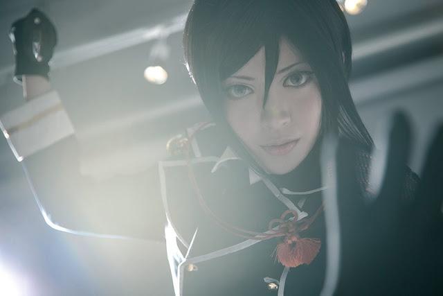 Cosplayerka z nożem w dłoni spogląda w obiektyw