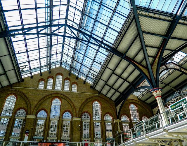 Estação de metrô e trens de Liverpool Street, Londres