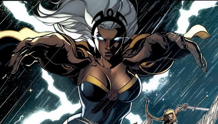 Imagem: a personagem Tempestade dos quadrinhos, uma mulher negra com cabelos brancos, olhos emanando uma energia azul, flutuando no meio de uma tempestade, e usando um uniforme preto com detalhes dourados.