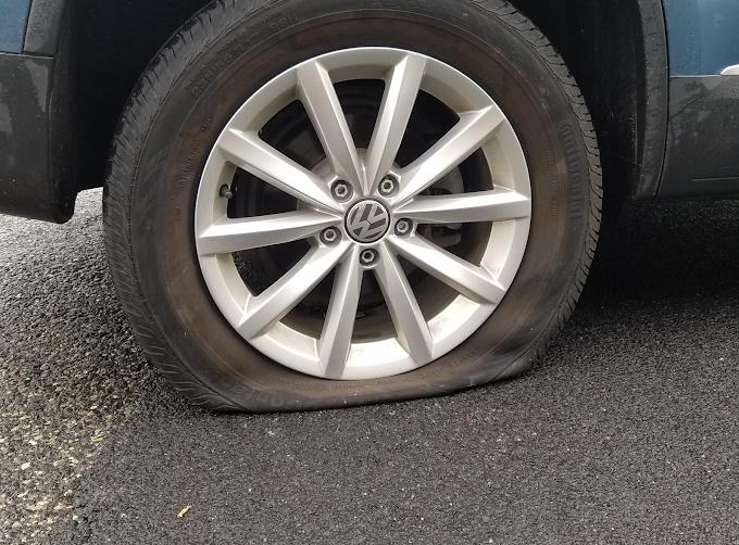 Furou o pneu ou quebrou uma roda em um buraco na rua? Saiba como pedir indenização