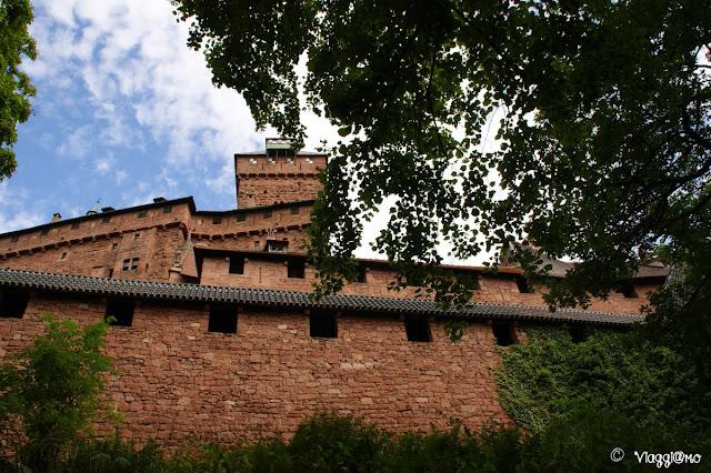 Le alte mura del possente castello di Haut Koenigsbourg