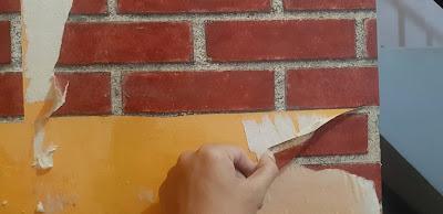 melepas kertas dinding