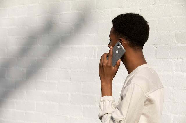 Ein Mann, der mit einem Pixel Telefon telefoniert