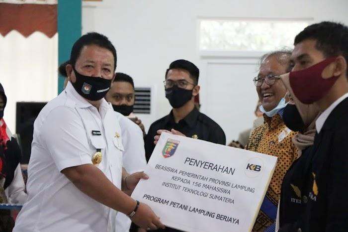 Arinal Serahkan Beasiswa Kepada 100 Anak Petani Mahasiswa Fakultas Pertanian Unila