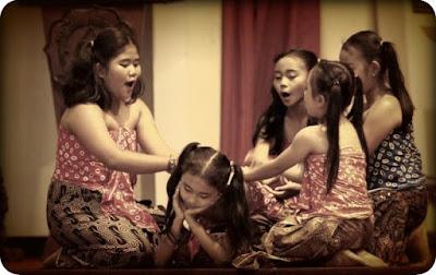 Lagu cublak-cublak suweng merupakan lagu tradisioanal dari Jawa Tengah. Lagu ini dikarang oleh Sunan Giri. Lagu cublak-cublak suweng biasanya dinyanyikan oleh anak-anak sambil bermain. Bukan hanya digunakan sebagai pengiring dalam bermain ternyata lagu ini juga memiliki arti makna yang sangat penting bagi kehidupan manusia. Sayangnya sudah banyak anak yang mungkin sudah tidak hafal atau bahkan tidak tahu tentang lagu daerah ini. Berikut lirik lagu cublak-cublak suweng.Barta benda bukanlah suatu hal yang lantas dapat membahagiakan manusia. Harta sejati atau kebahagiaan ada di mana-mana dan dimulai dengan hati nurani. Kita bisa mencari harta tersebut dimanapun namun harta yang sejati ialah kebahagiaan. brainly.com