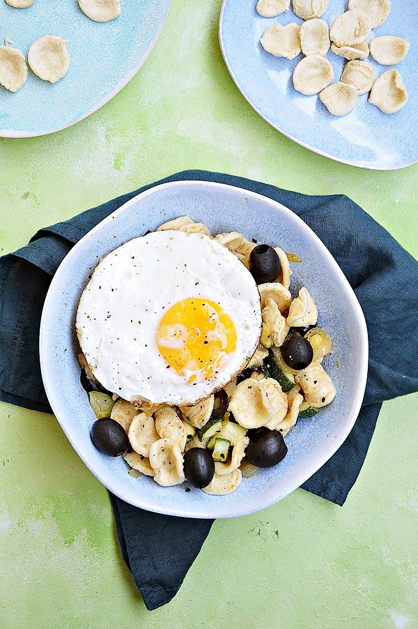 Makaron z cukinią, oliwkami i jajkiem sadzonym