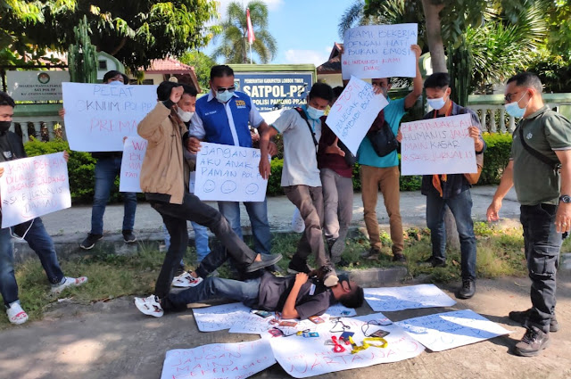 Aksi teatrikal tuntut oknum Pol PP Lotim penganiaya wartawan dipecat