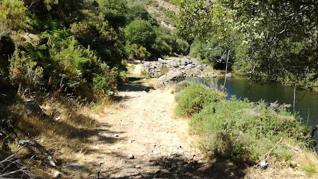 Zona Pedonal na Margem da Praia Fluvial