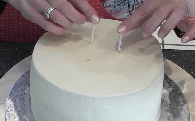 Sommerliche Tiramisu-Torte mit Blüten aus Buttercreme: Sonnenblumen, Rosen, Hortensien, Himmelsschlüssel und Vergissmeinnicht - Videotutorial, Torte mit Dübeln