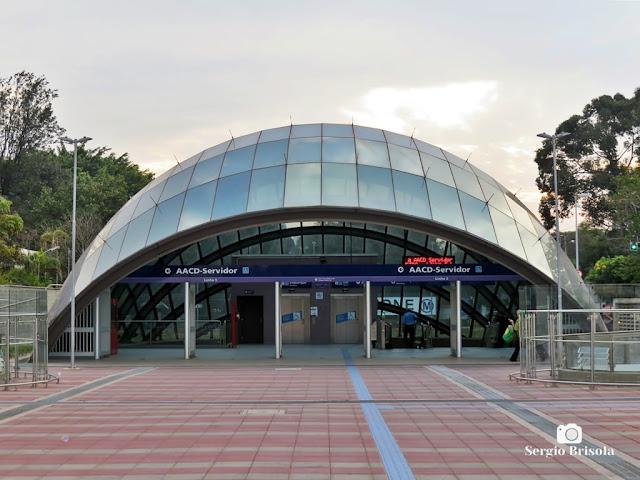 Vista ampla da entrada da Estação AACD-Servidor do Metrô - Indianópolis - São Paulo