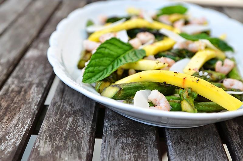 gegrillter grüner Spargelsalat mit Mango