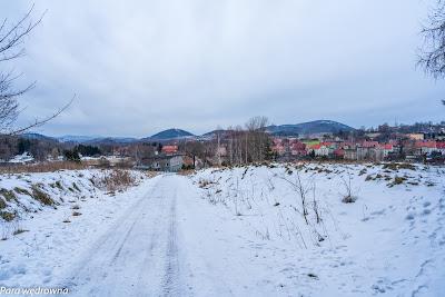 Rusztemberg, mało wybitny szczyt u wyjścia z lasu w Kuźnicach Świdnickich (część Boguszowa), nieobecny nawet na części map; widok na miasto, z prawej Chełmiec