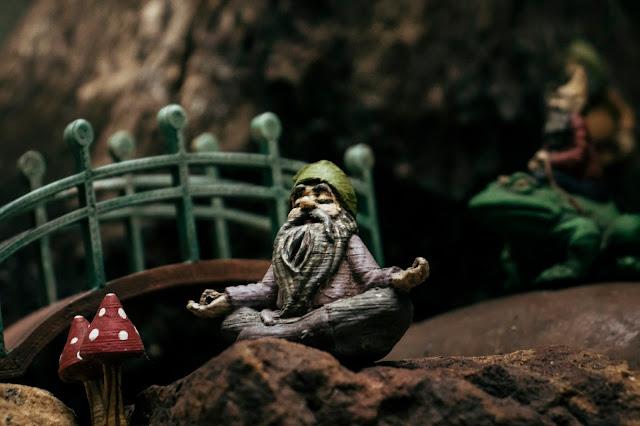 gnomo de jardim decorativo meditando