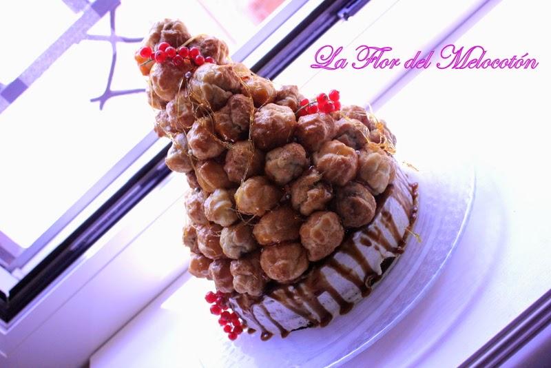 Croquembouche sobre bizcocho de vainilla relleno de toffee