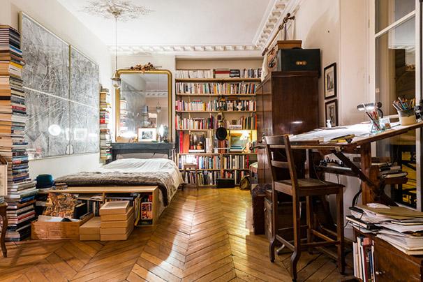 chambre avec bibliothèque et table d'architecte