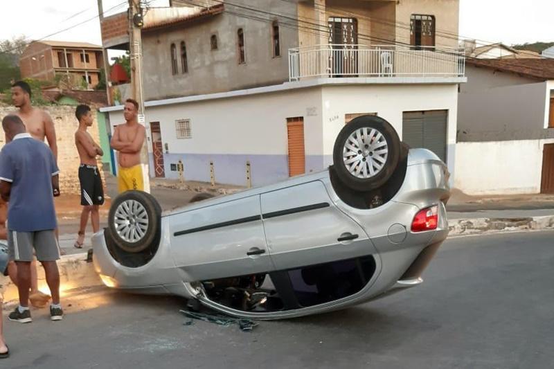 Brumado: Motorista passa mal e capota veículo na Av. João Paulo I