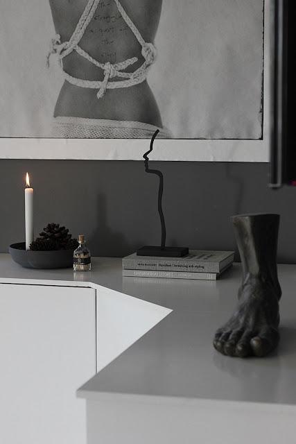 annelies design, webbutik, webbutiker, webshop, nätbutik, inredning, dekoration, inspiration, siluett, siluetter, svartvit, svartvit inredning, svart och vitt, stilrent, stilren, stilrena, tändstickor, detalj, stilleben, vardagsrum, tvbänk, mediamöbel, vitt, ikea, skåp, diy