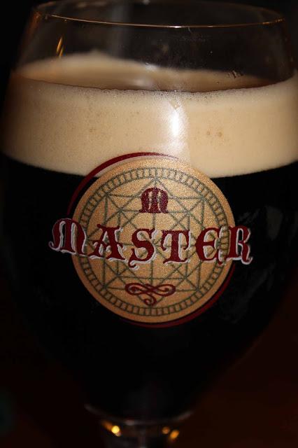 Master-merkkinen tsekkiläinen tumma olut