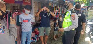 Sat Lantas Polres Enrekang Bagikan Masker di Pasar Baru