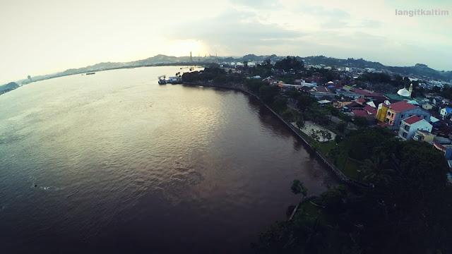 Foto Udara Langit Senja di Teluk Lerong Samarinda