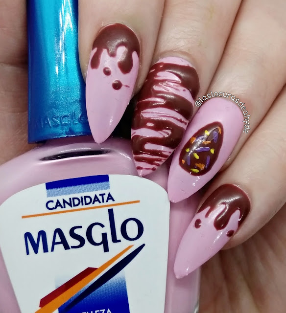 Nail art en rosa pastel decorada  con gel en color marron para conseguir efecto chocolate