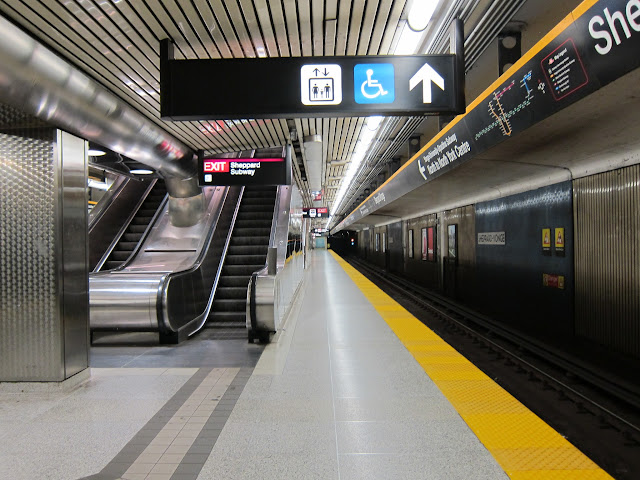 Yonge level platform at Sheppard-Yonge subway station.