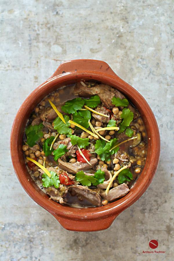 Rezept für Cazuela mit geschmorter Lammschulter, Kichererbsen und Salzzitronen – Soulfood aus dem berühmten portugiesischen Kochtopf aus Ton #lammschulter #schmoren #tajine #römertopf #ottolenghi #lamm #portugal #salzzitronen #kichdererbsen #tomaten #backofen #koriander #marokko