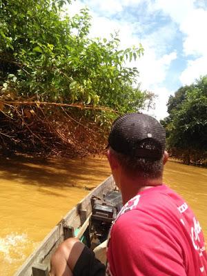 Warga saat menyusuri sungai mencari sumber pencemaran sungai Satui, kembali terjadi dua hari lalu. Warga nelayan dibuat semakin marah, terlebih lambatnya penanganan dilakukan pihak Pemerintah Provinsi khusus.