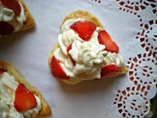 Relleno con la crema y las fresas laminadas