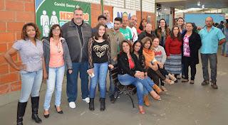 Secretário de Trabalho e Emprego, Marcão, posa com expositores do Mercado Popular