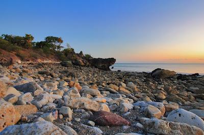 Hamparan bebatuan di pantai Batu Burung