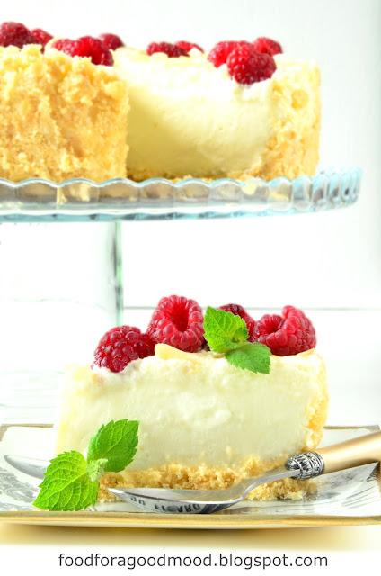 Weekend tuż tuż, więc przyda się przepis na ciasto. Co powiecie na sernik na zimno? :) Ale nie taki zwykły, bo na maślanym spodzie z herbatników, z warstwą musu z białej czekolady i malinami. Lekki jak chmurka, niezbyt słodki i bardzo orzeźwiający. Kto chętny? :)