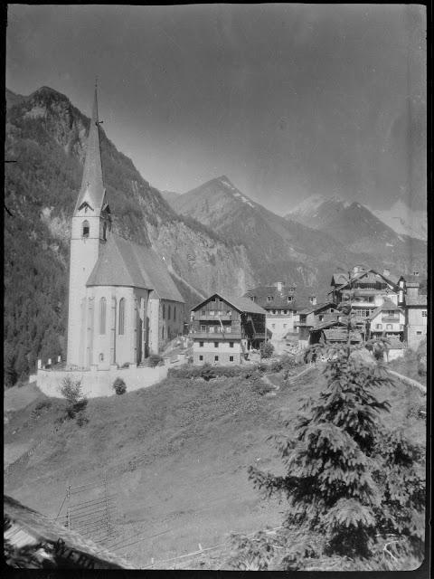 Pfarrkirche Heiligenblut mit dem Großglockner im Hintergrund - ca. 1930-1940