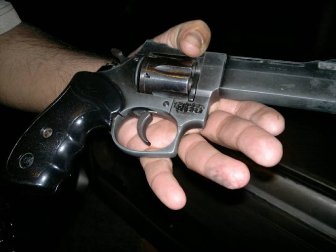 Garoto de 17 anos aperta gatilho três vezes tentando matar padrasto, mas arma falha e impede crime