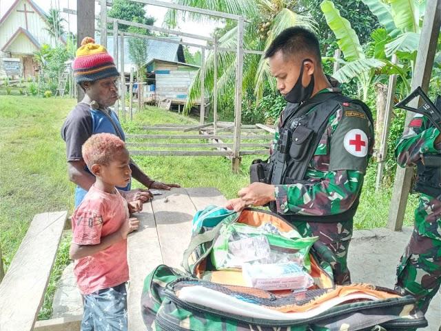 Pos Kalilapar Satgas Yonif Raider 100/PS Keliling Kampung Beri Pengobatan