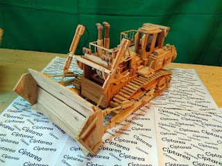 Miniatur Komatsu dari bahan kayu