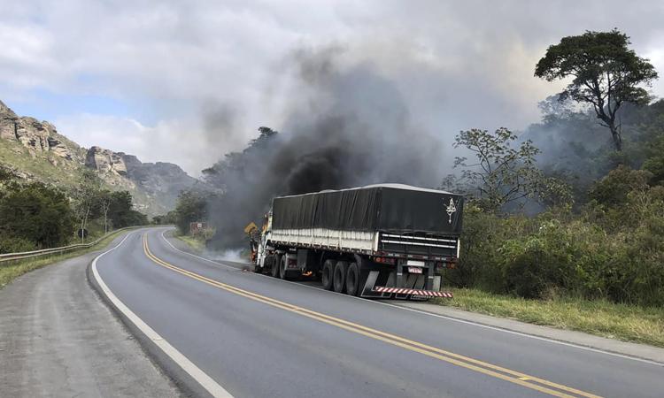 Vídeo: Carreta pega fogo às margens da BR-242 na Chapada Diamantina